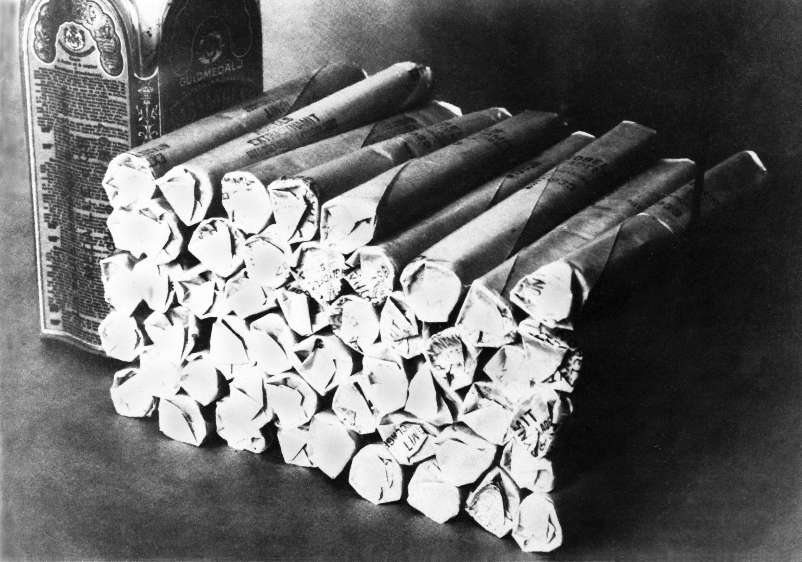 """Schwarzweiß-Foto von Dynamitstangen """"Extradynamit"""" von alfred Nobel"""