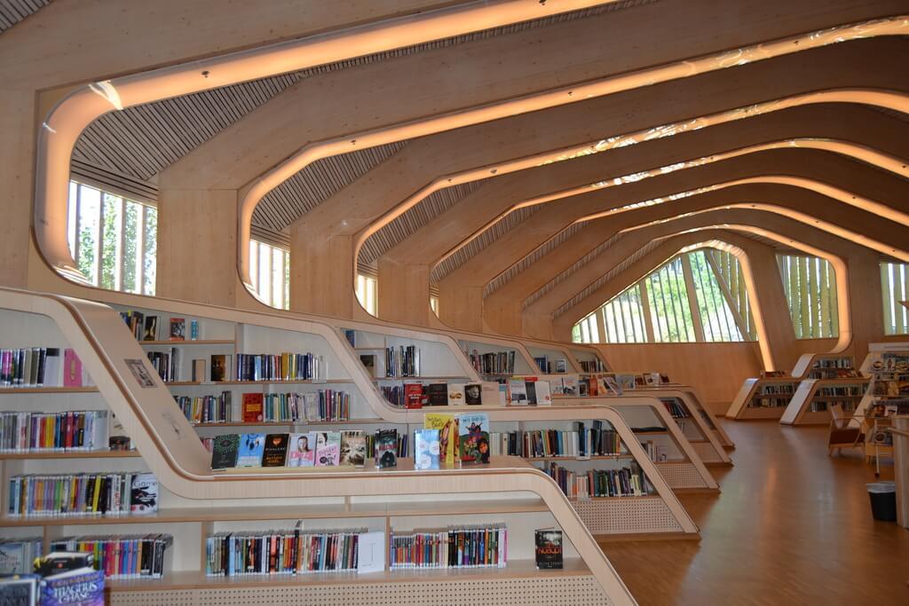 Die Bibliothek im Kulturhaus von Vennesla, Norwegen.